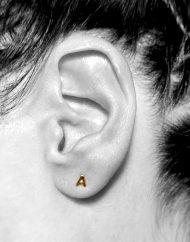 orecchino micro iniziale A bn indossato