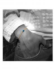 bracciale-oro-madonna-labourè-piccola-blu-bordata-indossata-bn_