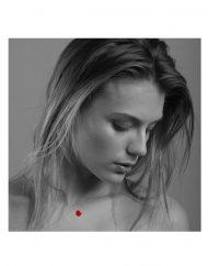 invisibile-cuore-rosso-indossato