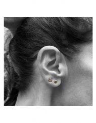 orecchini-micro-triangolo-dischetto-oro_indossato
