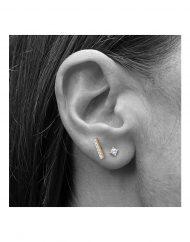 orecchino-barra-zirconi-oro_indossato