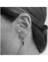 orecchino-cerchietto-cornetto-nero_oro_indossato