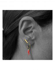 orecchino-cerchietto-cornetto-rosso-micro-stecca_indossato