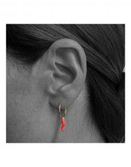 orecchino-cerchietto-cornetto-rosso_indossato