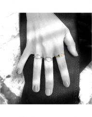 Anello-a-filo-doppio-cuore-oro-indossato_