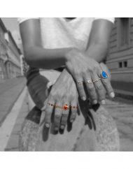 anelli mani piene sfocato strada – settembre 2018 copia