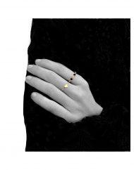 anello cuore piccolo e anello rosario nero indossato