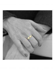 anello doppio cuore micro oro indossato