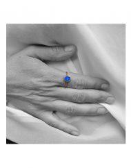 anello-micro-madonna-azzurra-oro_indossato