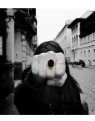anello-onice-nero-oro-indossato
