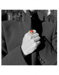 anello-sacro-cuore-grande-oro-indossato