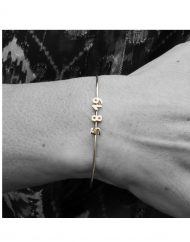 customizable-micro-date-wire-bracelet-in-18kt-solid-gold_3