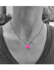 invisibile-cuore-fucsia_filo nero_indossato