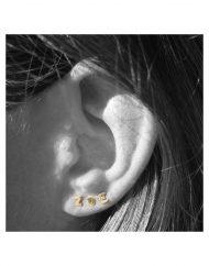 orecchini-lobo-micro-iniziali-oro-indossato