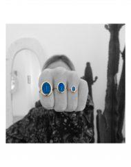 anello-madonna-labourè-media-blu_indossato